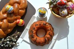 Doces e ovos do alimento da Páscoa na cesta Imagem de Stock