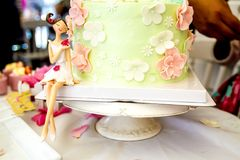 Doces e sobremesas, tabela decorada para um partido, servi de abastecimento Foto de Stock