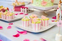 Doces e sobremesas, tabela decorada para um partido, servi de abastecimento Imagem de Stock