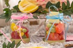 Doces doces em um frasco no assoalho do partido do bebê imagem de stock royalty free