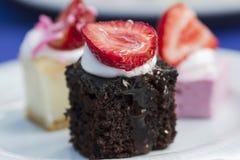 Doces em uma placa, um bolo com fruto Imagens de Stock