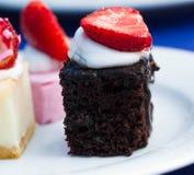 Doces em uma placa, um bolo com fruto Fotos de Stock Royalty Free