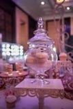 Doces em uma tabela do casamento: queques, zéfiro Fotografia de Stock