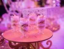 Doces em uma tabela do casamento: queques, zéfiro Fotos de Stock