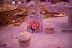 Doces em uma tabela do casamento: queques, zéfiro Foto de Stock Royalty Free