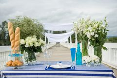 Doces fantásticos do jantar perto do mar no dia do casamento Decoração da tabela foto de stock
