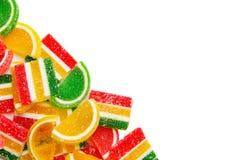 Doces, geleia e doce de fruta coloridos Isolado no fundo branco com espaço da cópia Imagens de Stock