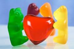 Doces gomosos do urso e coração vermelho Foto de Stock