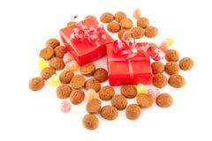 Doces holandeses típicos: pepernoten e presentes Foto de Stock Royalty Free