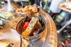 Doces marroquinos deliciosos em uma bacia de vidro em uma bandeja de cobre imagens de stock royalty free