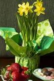 Doces, morangos e narcisos amarelos Fotos de Stock