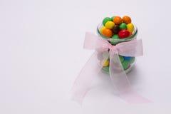 doces Multi-coloridos no vidro imagens de stock