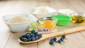 Doces na dieta: Ingredientes para o baixo cozimento do queque do carburador Imagem de Stock