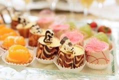 Doces na tabela de banquete Foto de Stock