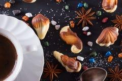 Doces no formulário do marisco com pedras, açúcar e anice do chocolate Copo do coffe quente Assunto marinho na pedra fotos de stock