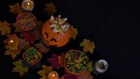 Doces no fundo animado do feriado de Dia das Bruxas da cubeta da abóbora vídeos de arquivo