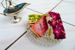 Doces orientais com pétalas cor-de-rosa Fotos de Stock Royalty Free