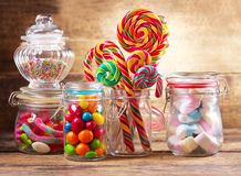 Doces, pirulitos e marshmallows coloridos no frascos de vidro Imagem de Stock Royalty Free