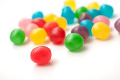 Doces redondos coloridos no fundo branco Foto de Stock