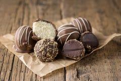 Doces saborosos caseiros crus do chocolate do vegetariano e da sobremesa saudável do vegetariano dos doces do coco de chocolate n fotografia de stock royalty free