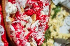 Doces sardos decorados com papel colorido vermelho e branco imagem de stock