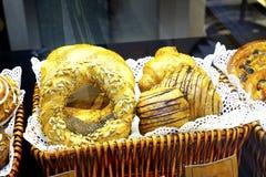 Doces sortidos dos croissant dos bolos da sobremesa Fotos de Stock Royalty Free