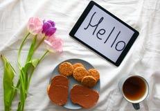 Doces, tabuleta e tulipas Dia do ` s das mulheres, dia do ` s da mãe Imagem de Stock Royalty Free