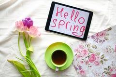 Doces, tabuleta e tulipas Dia do ` s das mulheres, dia do ` s da mãe Fotografia de Stock Royalty Free