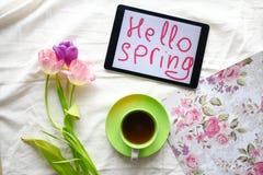 Doces, tabuleta e tulipas Dia do ` s das mulheres, dia do ` s da mãe Foto de Stock