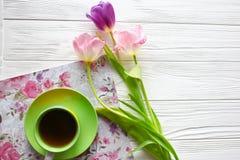 Doces, tabuleta e tulipas Dia do ` s das mulheres, dia do ` s da mãe Foto de Stock Royalty Free