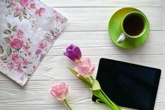 Doces, tabuleta e tulipas Dia do ` s das mulheres, dia do ` s da mãe Imagem de Stock