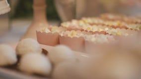 Doces tradicionais decorativos dos bolos de casamento dos bolos filme