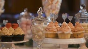 Doces tradicionais decorativos dos bolos de casamento dos bolos video estoque