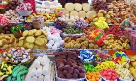 Doces tradicionais durante a celebração católica do Corpus Christi em suportes numerosos no mercado livre em Cuenca, Equador imagem de stock royalty free