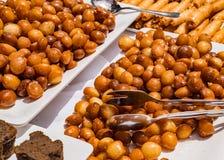 Doces turcos na tabela apresentada belamente para o almoço foto de stock
