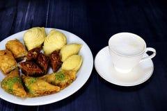 Doces turcos orientais baklava e xícara de café Fotografia de Stock Royalty Free