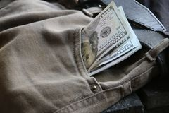Dochód lub biznesu pomysł, pieniądze w cajgi wkładać do kieszeni zdjęcie royalty free