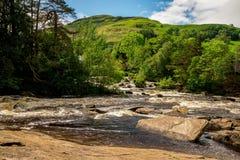Dochart和山背景的秋天在Killin镇,中央苏格兰环境美化 库存照片