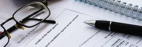 Dochodu oświadczenia pieniężny raport z piórem Pieniężna analiza - plan biznesowy zdjęcie royalty free