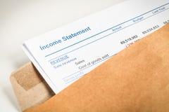Dochodu oświadczenia list w brown kopertowym otwarciu, biznes conc zdjęcie stock