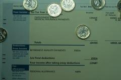 Dochodu osobistego oświadczenie pokazuje dochodu i podatku postacie dla UK zwrota podatku Zdjęcia Royalty Free