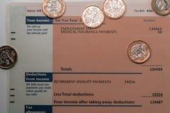 Dochodu osobistego oświadczenie pokazuje dochodu i podatku postacie dla UK zwrota podatku Obrazy Royalty Free