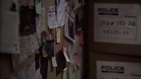 Dochodzenie deska z przypiętymi fotografiami gazety i notatki rozwiązuje przestępstwo, obraz stock