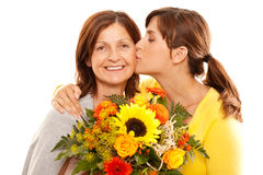 Dochter die haar moeder kust Stock Fotografie