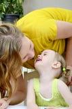 Dochter die haar moeder kust Royalty-vrije Stock Afbeelding