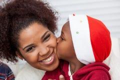 Dochter die haar moeder kust stock foto's