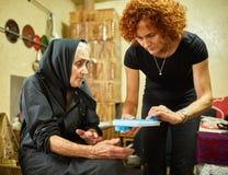 Dochter die haar moeder met het medicijn helpen royalty-vrije stock afbeelding