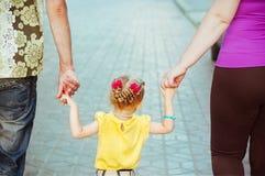 Dochter die haar oudershanden houdt Royalty-vrije Stock Foto