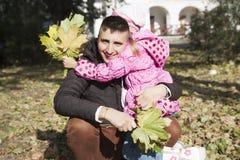 Dochter die haar vader koestert stock foto