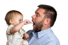 Dochter die zijn vader voeden Stock Foto
